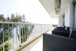 Балкон. Кипр, Айос Тихонас Лимассол : Апартамент в 20 метрах от пляжа, с гостиной, тремя спальнями, двумя ванными комнатами и большим балконом с видом на море