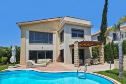 Фасад дома. Кипр, Пареклисия : Современная вилла с бассейном и двориком с барбекю, 4 спальни, 3 ванные комнаты, патио, парковка, Wi-Fi