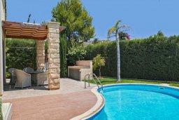 Бассейн. Кипр, Пареклисия : Современная вилла с бассейном и двориком с барбекю, 4 спальни, 3 ванные комнаты, патио, парковка, Wi-Fi