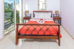 Спальня. Кипр, Каппарис : Прекрасная вилла с бассейном и зеленым двориком с барбекю, 3 спальни, 3 ванные комнаты, парковка, Wi-Fi