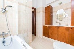 Ванная комната. Кипр, Каппарис : Прекрасная вилла с бассейном и зеленым двориком с барбекю, 3 спальни, 3 ванные комнаты, парковка, Wi-Fi