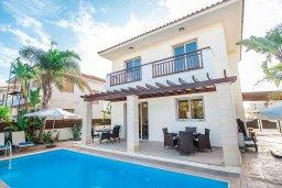 Фасад дома. Кипр, Пернера : Роскошная вилла с бассейном и двориком, 50 метров до пляжа, 3 спальни, 3 ванные комнаты, парковка, Wi-Fi