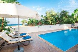 Зона отдыха у бассейна. Кипр, Пернера : Роскошная вилла с бассейном и двориком, 50 метров до пляжа, 3 спальни, 3 ванные комнаты, парковка, Wi-Fi