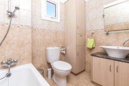 Ванная комната 2. Кипр, Пернера : Прекрасная вилла с бассейном и двориком с барбекю, 3 спальни, 3 ванные комнаты, парковка, Wi-Fi