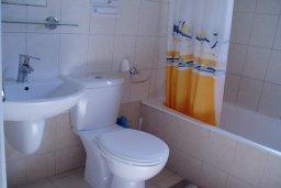 Ванная комната. Кипр, Ионион - Айя Текла : Уютная вилла с бассейном и двориком с барбекю, 3 спальни, 2 ванные комнаты, парковка, Wi-Fi