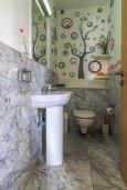Туалет. Кипр, Св. Рафаэль Лимассол : Двухуровневый апартамент в комплексе с бассейном, с большой гостиной, двумя спальнями, террасой и балконом