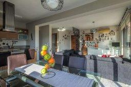 Гостиная. Кипр, Св. Рафаэль Лимассол : Двухуровневый апартамент в комплексе с бассейном, с большой гостиной, двумя спальнями, террасой и балконом
