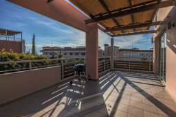 Балкон. Кипр, Св. Рафаэль Лимассол : Двухуровневый апартамент в комплексе с бассейном, с большой гостиной, двумя спальнями, террасой и балконом