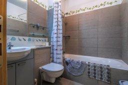Ванная комната. Кипр, Св. Рафаэль Лимассол : Двухуровневый апартамент в комплексе с бассейном, с большой гостиной, двумя спальнями, террасой и балконом