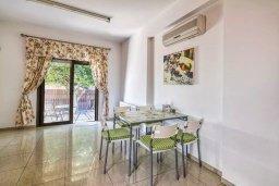 Обеденная зона. Кипр, Мутаяка Лимассол : Роскошная вилла с бассейном и зеленым двориком, 3 спальни, 2 ванные комнаты, парковка, Wi-Fi