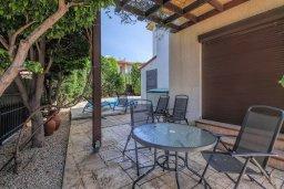 Терраса. Кипр, Мутаяка Лимассол : Роскошная вилла с бассейном и зеленым двориком, 3 спальни, 2 ванные комнаты, парковка, Wi-Fi