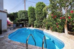 Бассейн. Кипр, Мутаяка Лимассол : Роскошная вилла с бассейном и зеленым двориком, 3 спальни, 2 ванные комнаты, парковка, Wi-Fi