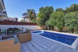 Бассейн. Кипр, Гермасойя Лимассол : Прекрасная вилла с бассейном и зеленым двориком, 3 спальни, парковка, Wi-Fi