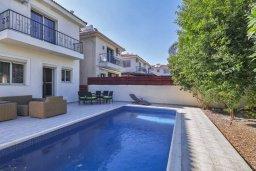 Фасад дома. Кипр, Гермасойя Лимассол : Прекрасная вилла с бассейном и зеленым двориком, 3 спальни, парковка, Wi-Fi