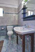 Ванная комната. Кипр, Гермасойя Лимассол : Прекрасная вилла с бассейном и зеленым двориком, 3 спальни, парковка, Wi-Fi