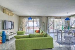 Гостиная. Кипр, Св. Рафаэль Лимассол : Роскошный апартамент в комплексе с бассейном, 100 метров до пляжа, большая гостиная, 3 спальни, 2 ванные комнаты, веранда с зоной барбекю, лаунж-зоной и красивым видом на горы