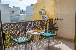 Балкон. Кипр, Центр Айя Напы : Апартамент в комплексе с бассейном, с гостиной, двумя спальнями и балконом