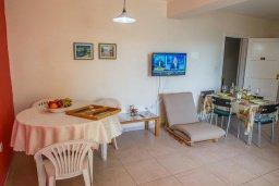 Гостиная. Кипр, Центр Айя Напы : Апартамент в комплексе с бассейном, с гостиной, двумя спальнями и балконом