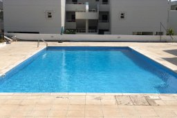 Бассейн. Кипр, Центр Айя Напы : Апартамент в комплексе с бассейном, с гостиной, двумя спальнями и балконом
