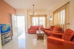 Гостиная. Кипр, Каппарис : Прекрасная вилла с 2-мя спальнями, с бассейном, детской площадкой и тенистой террасой с патио, расположена в 300 метрах от пляжа Firemans Beach