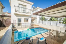 Фасад дома. Кипр, Каппарис : Прекрасная вилла с 2-мя спальнями, с бассейном, детской площадкой и тенистой террасой с патио, расположена в 300 метрах от пляжа Firemans Beach