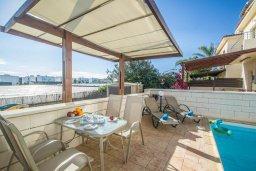 Зона отдыха у бассейна. Кипр, Каппарис : Прекрасная вилла с 2-мя спальнями, с бассейном, детской площадкой и тенистой террасой с патио, расположена в 300 метрах от пляжа Firemans Beach