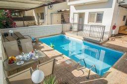 Бассейн. Кипр, Каппарис : Прекрасная вилла с 2-мя спальнями, с бассейном, детской площадкой и тенистой террасой с патио, расположена в 300 метрах от пляжа Firemans Beach