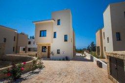 Фасад дома. Кипр, Хлорака : Современная вилла с бассейном и двориком с барбекю, 3 спальни, 2 ванные комнаты, парковка, Wi-Fi