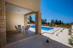 Территория. Кипр, Хлорака : Современная вилла с бассейном и двориком с барбекю, 3 спальни, 2 ванные комнаты, парковка, Wi-Fi
