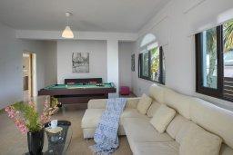 Гостиная. Кипр, Коннос Бэй : Великолепная вилла с 3-мя спальнями, 3-мя ванными комнатами, бильярдом, приватным зелёным двориком с патио и барбекю, расположена недалеко от знаменитого песчаного пляжа залива Konnos Bay
