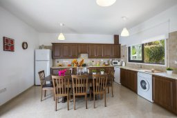 Кухня. Кипр, Коннос Бэй : Великолепная вилла с 3-мя спальнями, 3-мя ванными комнатами, бильярдом, приватным зелёным двориком с патио и барбекю, расположена недалеко от знаменитого песчаного пляжа залива Konnos Bay