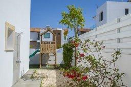 Территория. Кипр, Пернера Тринити : Прекрасная вилла с 4-мя спальнями, 3-мя ванными комнатами, бассейном, тенистой террасой с патио и каменным барбекю, расположена недалеко от пляжа Aiyialos Beach