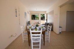 Обеденная зона. Кипр, Пернера : Очаровательный апартамент с 3-мя спальнями, гостиной, террасой с патио и барбекю, расположен в комплексе с бассейном рядом со знаменитым заливом Sirina Bay