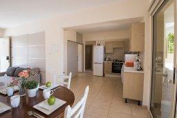 Кухня. Кипр, Пернера : Апартамент в комплексе с бассейном и в 100 метрах от пляжа, с гостиной, тремя спальнями и террасой