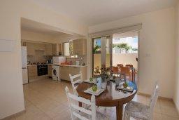 Кухня. Кипр, Пернера : Очаровательный апартамент с 3-мя спальнями, гостиной, террасой с патио и барбекю, расположен в комплексе с бассейном рядом со знаменитым заливом Sirina Bay