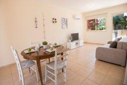 Гостиная. Кипр, Пернера : Апартамент в комплексе с бассейном и в 100 метрах от пляжа, с гостиной, тремя спальнями и террасой