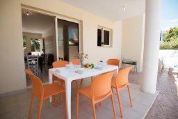 Терраса. Кипр, Пернера : Очаровательный апартамент с 3-мя спальнями, гостиной, террасой с патио и барбекю, расположен в комплексе с бассейном рядом со знаменитым заливом Sirina Bay