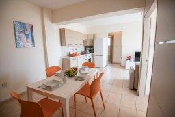 Обеденная зона. Кипр, Пернера : Апартамент в комплексе с бассейном и в 100 метрах от пляжа, с гостиной, двумя спальнями и балконом