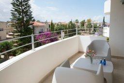 Балкон. Кипр, Пернера : Апартамент в комплексе с бассейном и в 100 метрах от пляжа, с гостиной, двумя спальнями и балконом