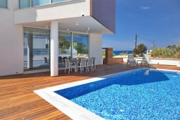 Бассейн. Кипр, Пернера Тринити : Современная вилла с потрясающим видом на Средиземное море, с 3-мя спальнями, с бассейном, солнечной меблированной террасой на крыше с джакузи, расположена в прекрасном тихом районе Ayia Triada около пляжа Trinity Beach