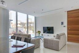 Гостиная. Кипр, Пернера Тринити : Современная вилла видом на Средиземное море, с 3-мя спальнями, с бассейном, солнечной меблированной террасой на крыше с джакузи, расположена в прекрасном тихом районе Ayia Triada около пляжа Trinity Beach