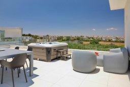 Терраса. Кипр, Пернера Тринити : Современная вилла видом на Средиземное море, с 3-мя спальнями, с бассейном, солнечной меблированной террасой на крыше с джакузи, расположена в прекрасном тихом районе Ayia Triada около пляжа Trinity Beach