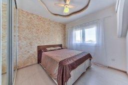 Спальня. Кипр, Мутаяка Лимассол : Современный апартамент в комплексе с бассейном и в 50 метрах от пляжа, с гостиной, двумя спальнями и балконом с видом на море