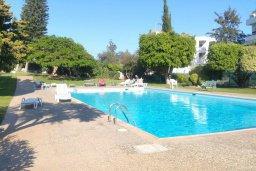 Бассейн. Кипр, Айос Тихонас Лимассол : Апартамент в комплексе с бассейном, с гостиной, двумя спальнями и балконом с видом на море