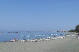 Ближайший пляж. Кипр, Айос Тихонас Лимассол : Апартамент в комплексе с бассейном, с гостиной, двумя спальнями и балконом с видом на море