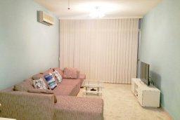 Гостиная. Кипр, Айос Тихонас Лимассол : Апартамент в комплексе с бассейном, с гостиной, двумя спальнями и балконом с видом на море