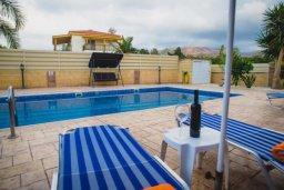 Бассейн. Кипр, Аргака : Роскошная вилла в 50 метрах от пляжа, с бассейном и зеленым двориком с барбекю, 3 спальни, 4 ванные комнаты, парковка, Wi-Fi