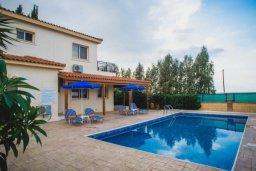 Фасад дома. Кипр, Аргака : Роскошная вилла в 50 метрах от пляжа, с бассейном и зеленым двориком с барбекю, 3 спальни, 4 ванные комнаты, парковка, Wi-Fi