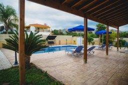 Территория. Кипр, Аргака : Роскошная вилла в 50 метрах от пляжа, с бассейном и зеленым двориком с барбекю, 3 спальни, 4 ванные комнаты, парковка, Wi-Fi