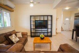 Гостиная. Кипр, Аргака : Роскошная вилла в 50 метрах от пляжа, с бассейном и зеленым двориком с барбекю, 3 спальни, 4 ванные комнаты, парковка, Wi-Fi